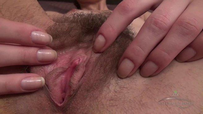 Девушка мастурбирует мохнатку пальцами в удобной позе prew 6