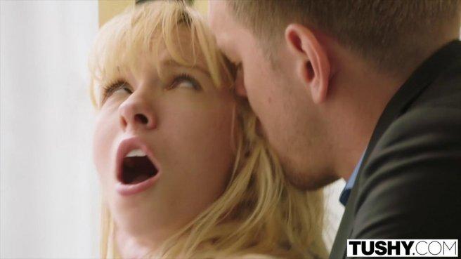 Блондинка отсасывает бойфренду, чтобы потом потрахаться в попку prew 2