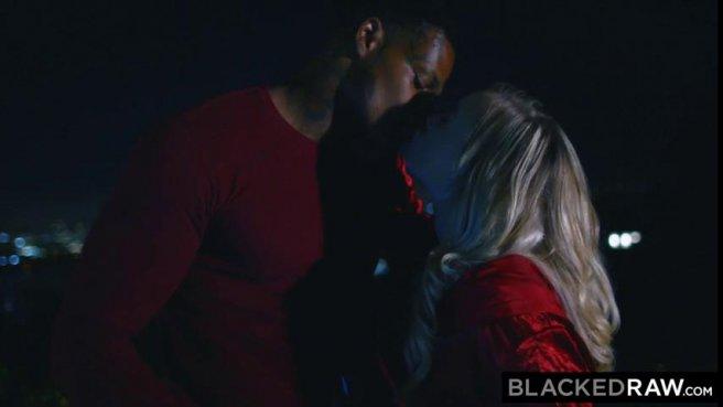 Жопастая блонда скачет на черном члене парня, с которым познакомилась в баре prew 3