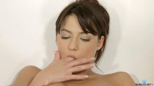 Девушка страстно дрочит свой клитор и влагалище в ванной и кончает prew 2