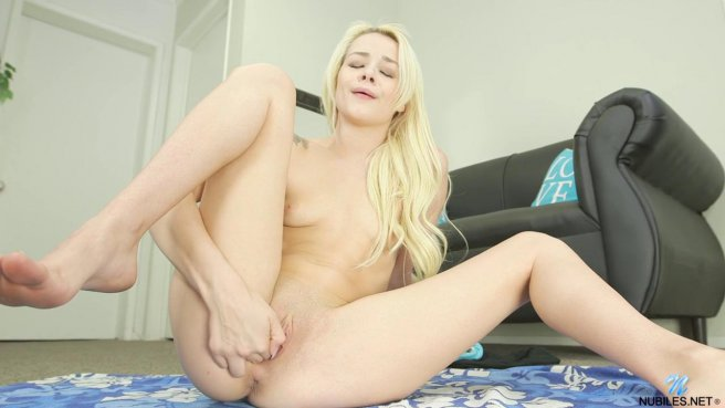 Блондинка хотела заняться йогой, но потом начала дрочить свою розовую щелку prew 8