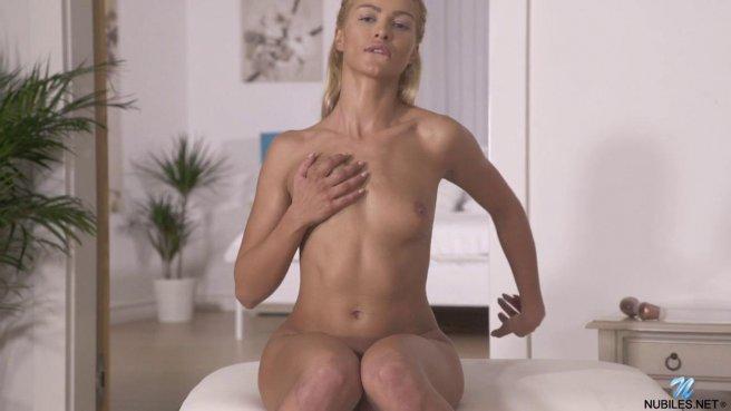 Загорелая блондинка пальцами и вибратором доводит себя до оргазма prew 3