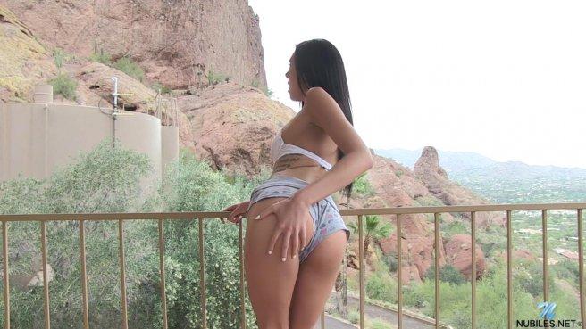 Стройная девица мастурбирует киску, стоя раком на открытом балконе prew 2