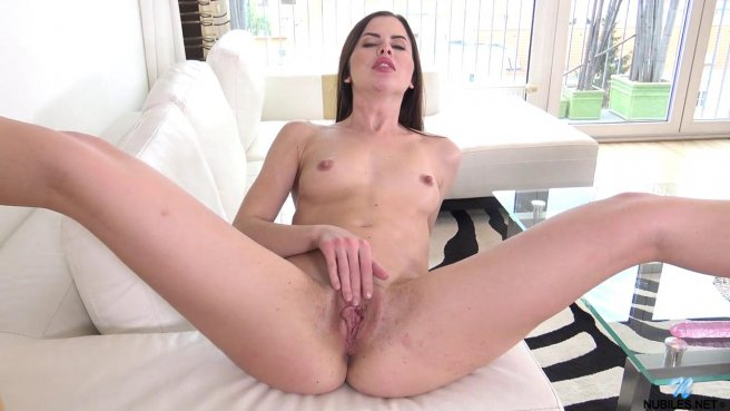 Девушка доводит себя до яркого оргазма, вставляя в киску большой дилдо prew 3