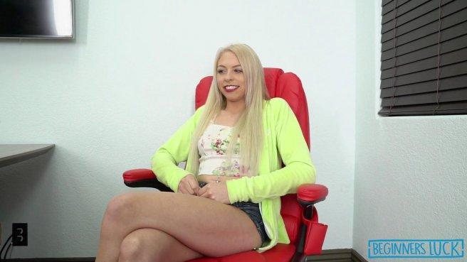 Блондинка заглатывает член и сосет мужику, чтобы успешно пройти порно кастинг prew 3