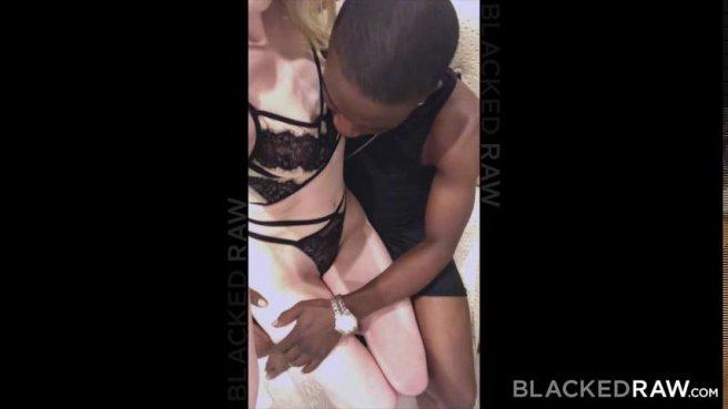 Блондинка пошла на свидание с негром и перепихнулась с ним в гостинице prew 2