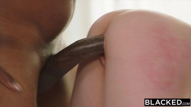 Рыжая сосет огромный черный член и раздвигает ноги перед темнокожим мачо prew 6