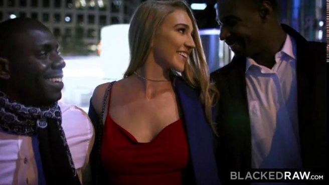 Девка с пышной попкой обслуживает два больших черных члена своей киской prew 1