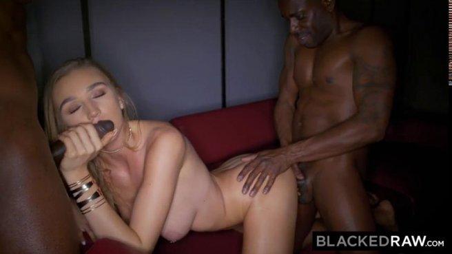 Девка с пышной попкой обслуживает два больших черных члена своей киской prew 4