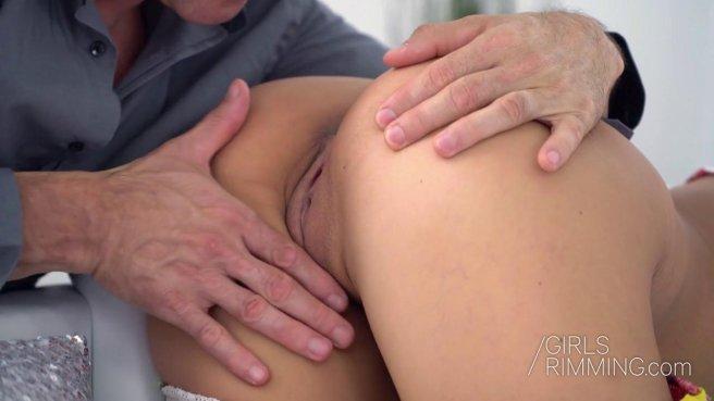 Девушка лижет анус мужику и нежно отсасывает его каменный стояк prew 3