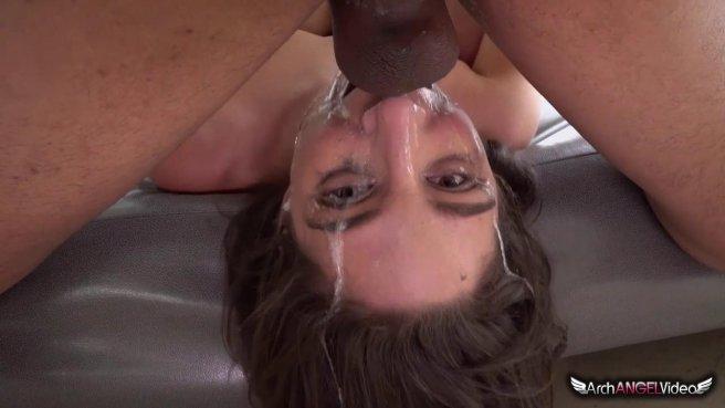 Темнокожий мужик грубо трахает девку в глотку и обливает ее лицо спермой prew 9