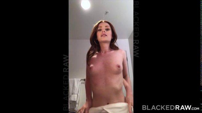 Негр трахает в розовую щелочку рыжеволосую девку в гостиничном номере prew 1