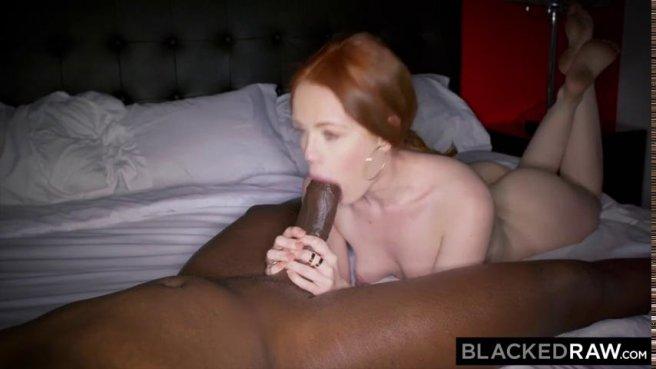 Негр трахает в розовую щелочку рыжеволосую девку в гостиничном номере prew 4
