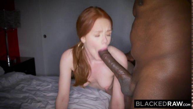 Негр трахает в розовую щелочку рыжеволосую девку в гостиничном номере prew 8