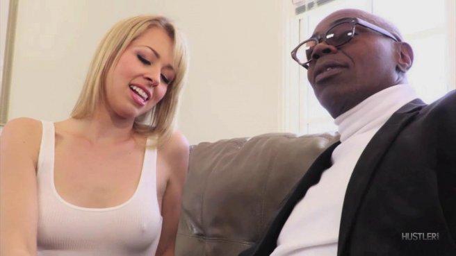Мужик смотрит на жаркий секс своей похотливой жены и негра prew 1
