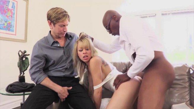 Мужик смотрит на жаркий секс своей похотливой жены и негра prew 9