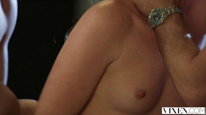 Два возбужденных мужика трахают шикарную студентку в мокрую вагину по очереди prew 4