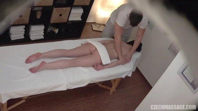 Девушка возбудилась от массажа и трахнулась с массажистом на кушетке prew 2