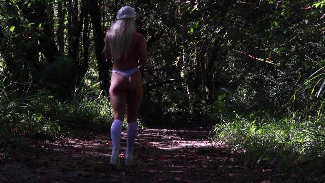 Девушку трахают в упругую задницу на природе и та кончает от кайфа prew 2
