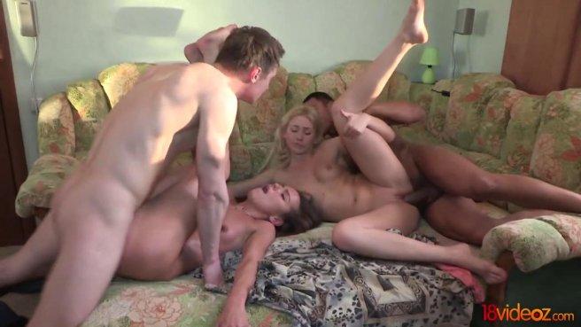 Друзья устроили групповой секс на большом диване и все получили удовольствие prew 8