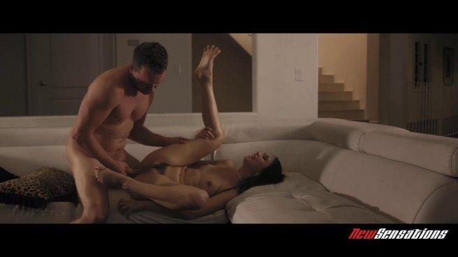 Жаркий ночной секс страстных супругов в разных позах на уютном диване prew 7