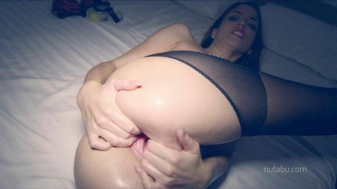 Девушка мастурбирует и балует свою киску жестким фистингом в постели prew 6