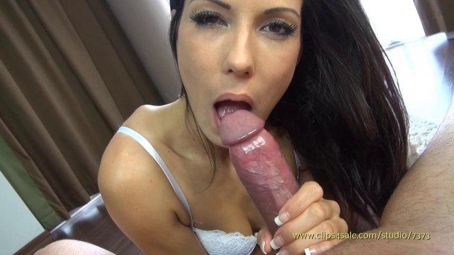 Брюнетка отсасывает горячий член в порно видео от первого лица prew 1