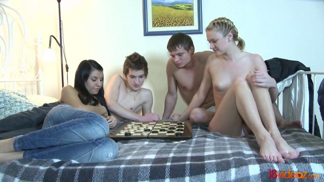 Дружеская встреча закончилась жарким групповым сексом на большой кровати prew 2
