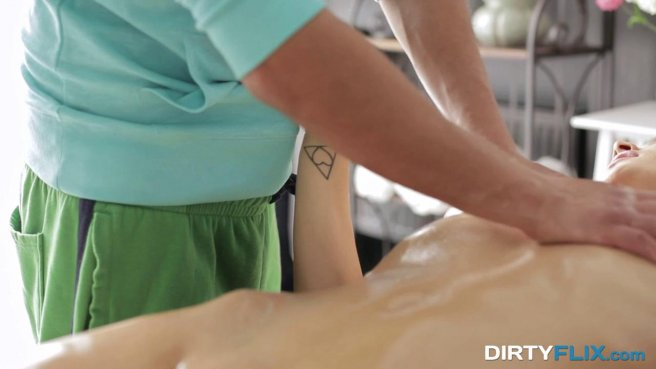 Кудрявая девушка получила крепкий член на сеансе массажа prew 4