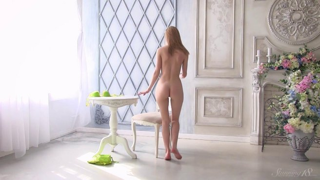 Красотка на белоснежном журнальном столике показывает в камеру писечку prew 6