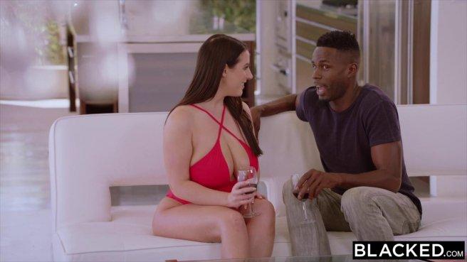Белая в красном купальнике отсасывает горлом черный пенис любовника prew 2