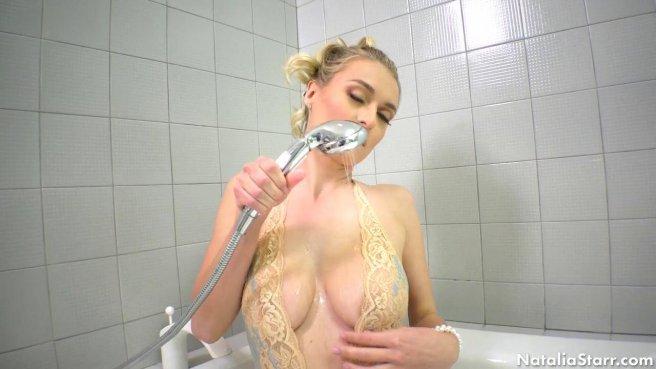 Блондинка ловко намыливает в ванной большие стоячие сиськи prew 1