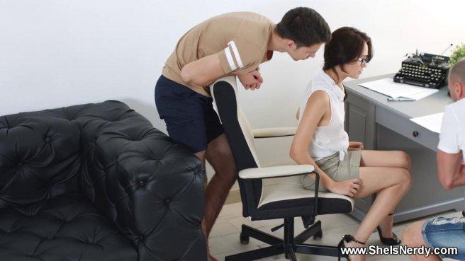 Мужик вместе с сыном натягивает анус и вагину красотки на два бритых хуя prew 1