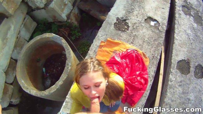 Девка в желтом пиджаке на улице сидит на корточках и отсасывает сочный пенис prew 9