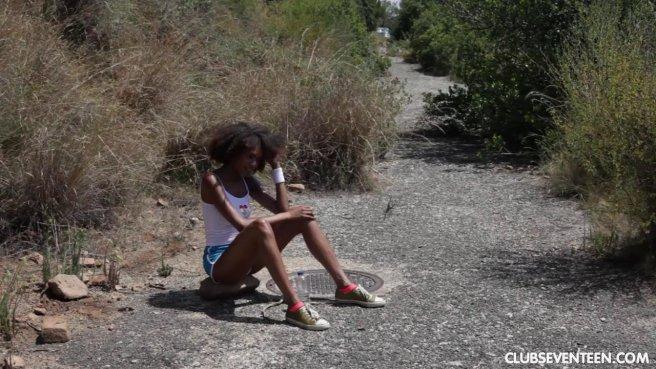 Негритянка сцыт на пляже и водит пальчиками по чисто выбритой писе prew 1