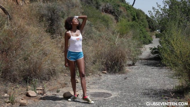 Негритянка сцыт на пляже и водит пальчиками по чисто выбритой писе prew 10