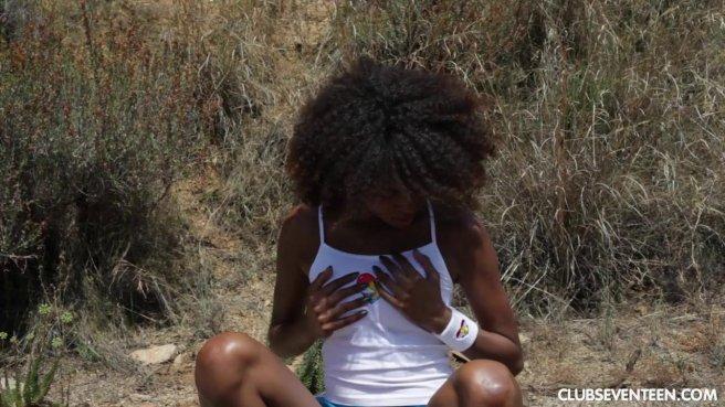 Негритянка сцыт на пляже и водит пальчиками по чисто выбритой писе prew 2