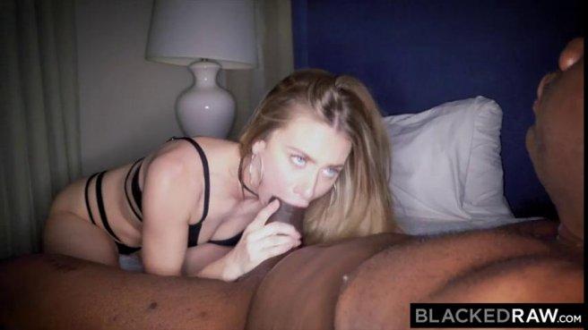 Красавица в черном лифчике пытается проглотить огромный хуй негра prew 6