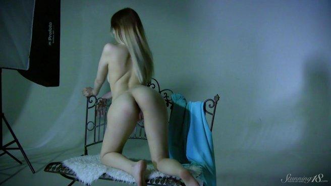 Фотомодель позирует на стуле и светит мелкими сиськами и нежной вагиной prew 9