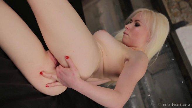 Девушка охотно вводит несколько пальцев в растянутое влагалище prew 7