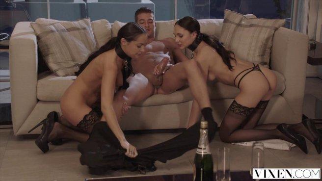 Бизнесмен снимает деловой костюм и трахает двух подруг в черных чулках во все дыры prew 6