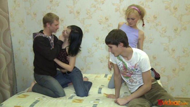 Два парня меняются девушками и мутят групповуху на кровати prew 3