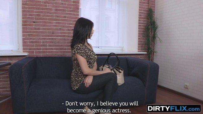 Пузатый агент на стуле раком имеет актрису с висячими сиськами prew 2