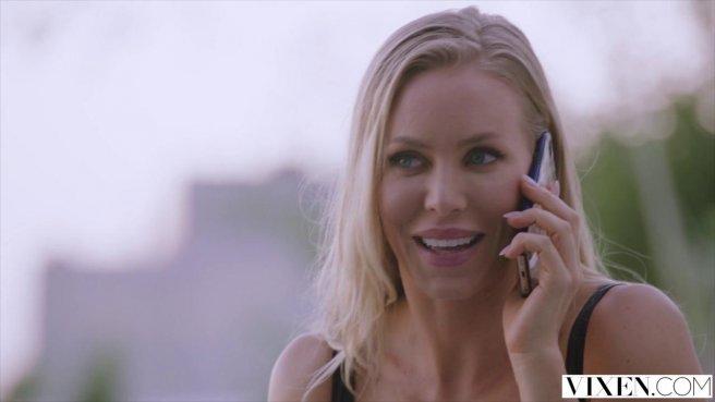 Блонди полирует то вагиной, то ротиком хер мужика в машине и спальне prew 1