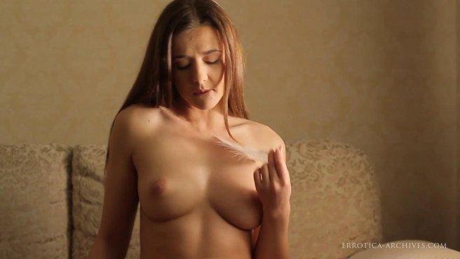 Красавица снимает на видеокамеру домашний стриптиз prew 4