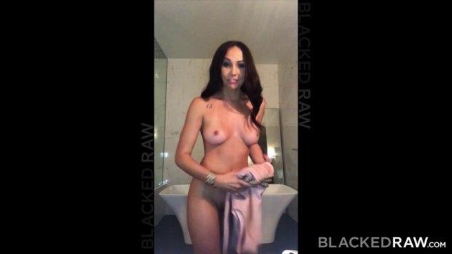 Девушка снимается на видео о том, как заглатывает в отеле член негра prew 3