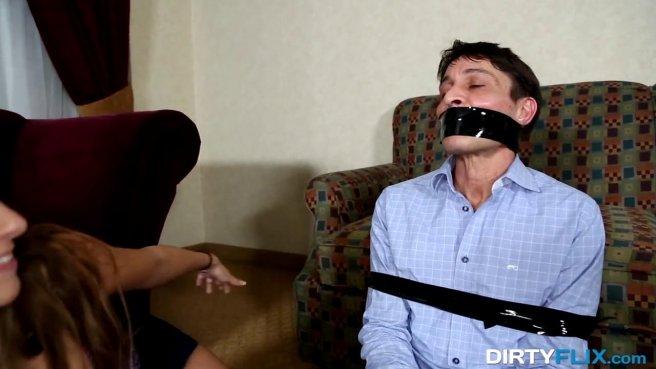 Красавица связала изменившего ей мужа и поласкала прямо перед ним пенис дружка prew 3