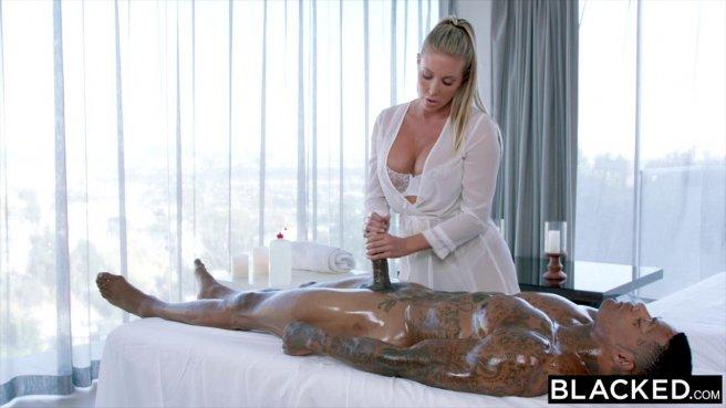 Сисястая белая массажистка заглотила на столе хер черного парня prew 3