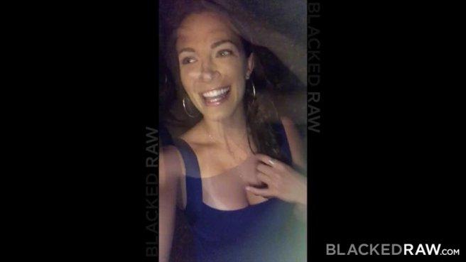 Жена в красном купальнике соснула черному мужу огромный фаллос prew 1