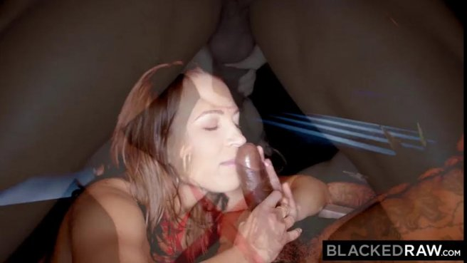 Жена в красном купальнике соснула черному мужу огромный фаллос prew 5